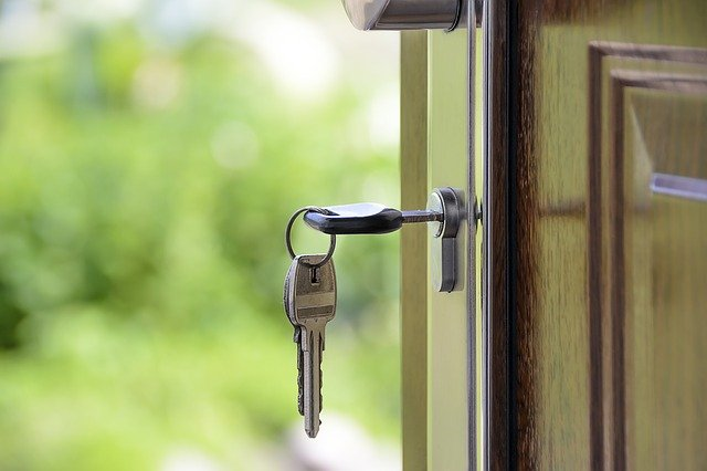 klíč ve dveřích - znázorňující předání bytu při nájmu bytu